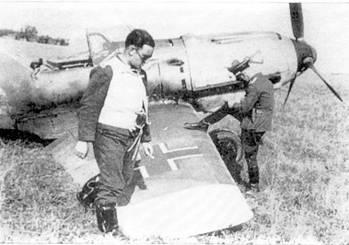 Унтерофицер Келлер обходит свой Bf 109, поврежденный в недавнем бою.