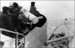 Линейный корабль «Октябрьская Революция» готовится открыть огонь по противнику, декабрь 1939г.