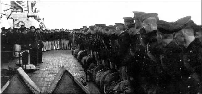 Проводы отправляющихся на сухопутный фронт членов экипажа линкора «Октябрьская Революция», 1941г.
