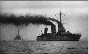 Линейный корабль «Парижская Коммуна» и крейсер «Профинтерн» входят в Севастополь после перехода с Балтики.