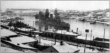 Линейный корабль «Парижская Коммуна» в Южной бухте Севастополя, зима 1941/42г.