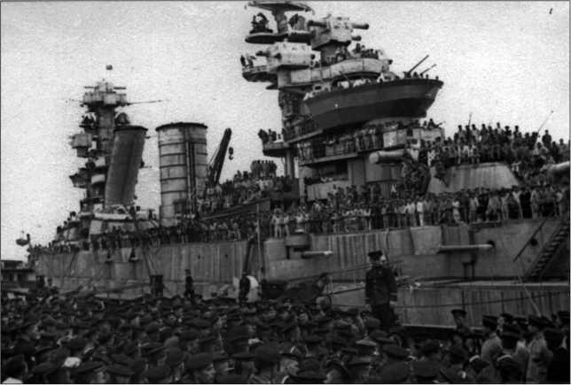 Линейный корабль «Парижская Коммуна» в Поти. Идет набор добровольцев для отправки на сухопутный фронт. 1942г.