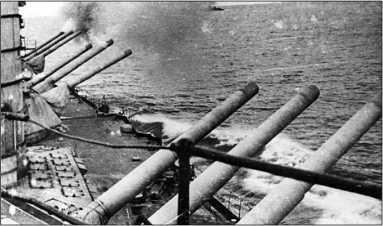 Линейный корабль «Парижская Коммуна» ведет огонь по противнику, 1942г.