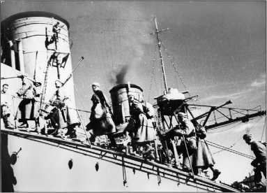 На борт «Красного Кавказа» поднимаются бойцы маршевого подкрепления для Севастополя, декабрь 1941г
