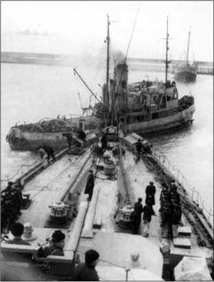 Буксир помогает «Красному Кавказу» выйти из порта, зима 1941/42г.