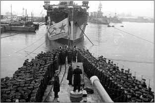 Церемония подъема гвардейского флага на крейсере «Красный Кавказ».