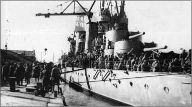 Погрузка десанта на крейсер «Красный Кавказ».