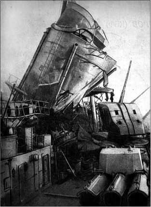 Повреждения, полученные крейсером в результате попадания бомбы 24 апреля 1942г.