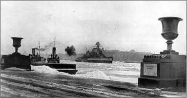 «Киров» ведет огонь по противнику с позиции на Неве, зима 1941/42г.