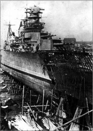 Крейсер «Максим Горький» в сухом доке — идет формирование новой носовой оконечности.