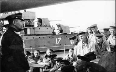 Политинформация на борту эсминца «Бойкий». На заднем плане виден эсминец «Беспощадный», 1943г.
