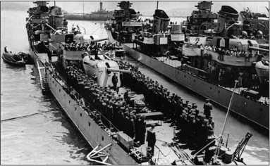 Построение экипажа эсминца «Сообразительный» перед вручением гвардейского военно-морского флага.