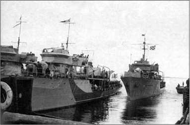 Тральщики «Гафель» (слева) и Т-217, 1944г.