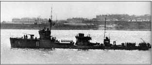 Тральщик «Трал» выходит из Новороссийска в Севастополь, 1942г.