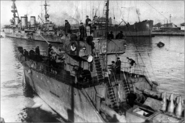 Тральщик «Арсений Раскин» в одном из портов Кавказского побережья.
