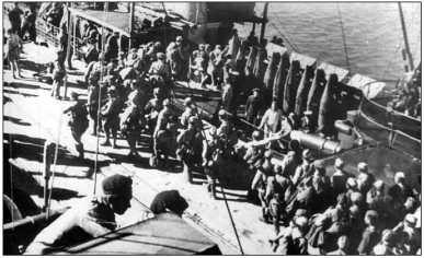Тральщик «Арсений Раскин» принимает на борт десант, 1943г.