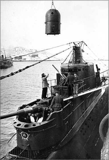 Погрузка мин на «К-21», 1943г.