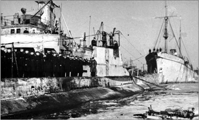Церемония вручения гвардейского военно-морского флага экипажу ПЛ Щ-303. 1 марта 1943г.