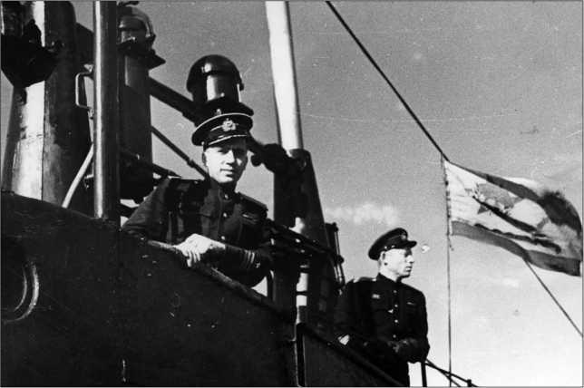 Ходовой мостик Щ-402. Хорошо виден гвардейский краснознаменный военно-морской флаг.