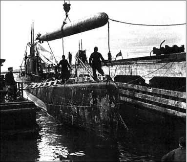 Погрузка торпеды на ПЛ Щ-320. Кронштадт, 1942г.