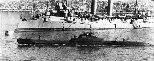 Подводная лодка Щ-209. На заднем плане крейсер «Коминтерн».