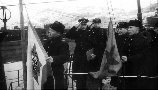 Подъем Краснознаменного военно-морского флага в ноябре 1944г.