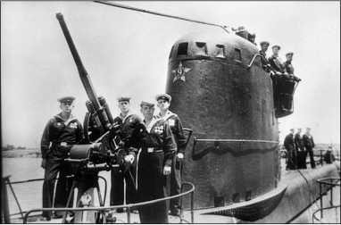 45-мм орудие и рубка подводной лодки М-111.