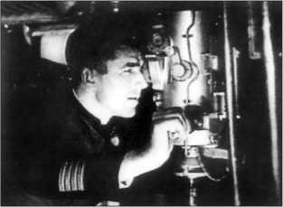 Командир «Л-3» П.Д. Грищенко у перископа.