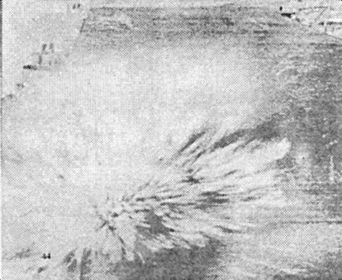 Одно из грех попаданий бомб в «Enterprise». К счастью, это были обычные бомбы и взрывы происходили на полетной, а не на ангарной палубе