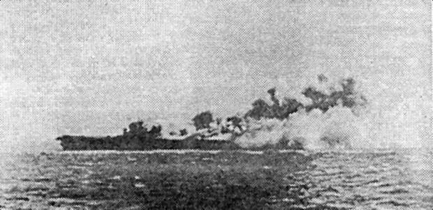 После попадания трех торпед на борту «Wasp» вспыхнул авиационным бензин. Авианосец следует задним ходом, пытаясь сбить пламя и дым потоком воздуха