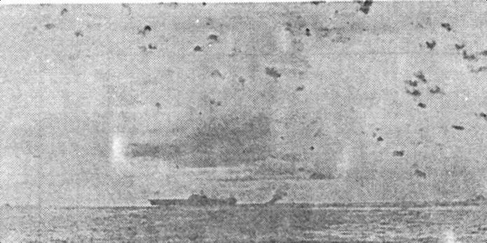Зенитный огонь «Enterprise» и линкора «South Dakota» (на заднем плане). Вдели поднимается дым от эсминца «Smith», прикрывшего авианосец от попадания торпеды