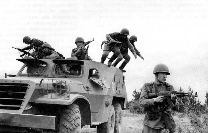 Мотострелки спешиваются с бронетранспортера БТР-152В1, 1966 год. Солдатам приходилось прыгать с двухметровой высоты