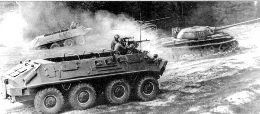 В учебной атаке — бронетранспортеры БТР-60П. 1963 год