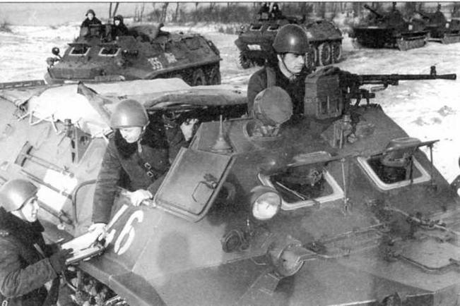 Бронетранспортер БТР-60П морской пехоты. Январь 1969 года. Десантное отделение машины закрыто брезентом. Штатный пулемет СГМБ установлен на носовом шкворне. На правом борту машины виден бортовой шкворень, еще один установлен на левом борту