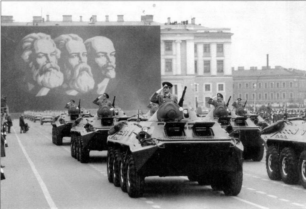 Вверху: Бронетранспортеры БТР-70 в парадном строю. Ленинград, 7 ноября 1986 года