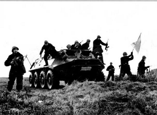 Морская пехота на учениях, 1967 год. Откидные двери в бортах корпуса существенно облегчали десантникам спешивание