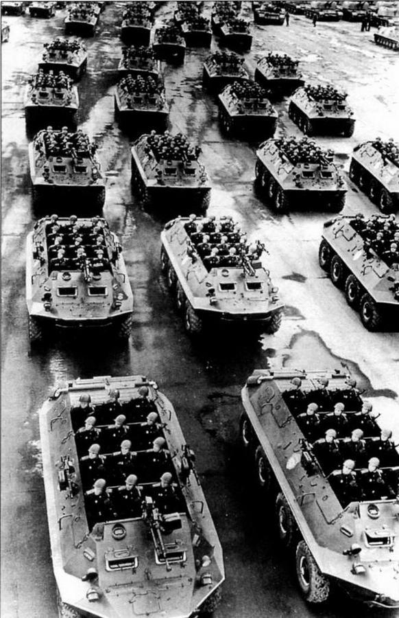 Колонна бронетранспортеров БТР-60П перед парадом. Хорошо видны парадное размещение мотострелков-десантников и штатное парадное вооружение из крупнокалиберного пулемета ДШКМ и двух пулеметов СГМБ