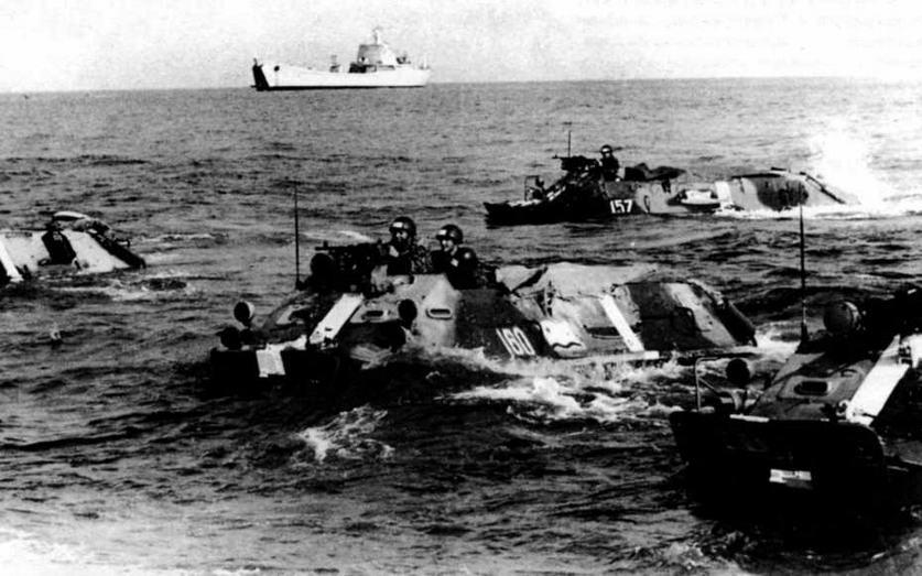 Бронетранспортеры БТР-60П одного из подразделений морской пехоты КЧФ движутся к берегу. Учения «Юг», июнь 1971 года