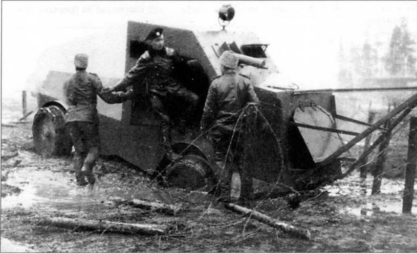 Бронеавтомобиль «Джеффери» во время испытаний по преодолению проволочных заграждений на полигоне Офицерской стрелковой школы, октябрь 1916 года. На подножке машины — штабс- капитан Поплавко