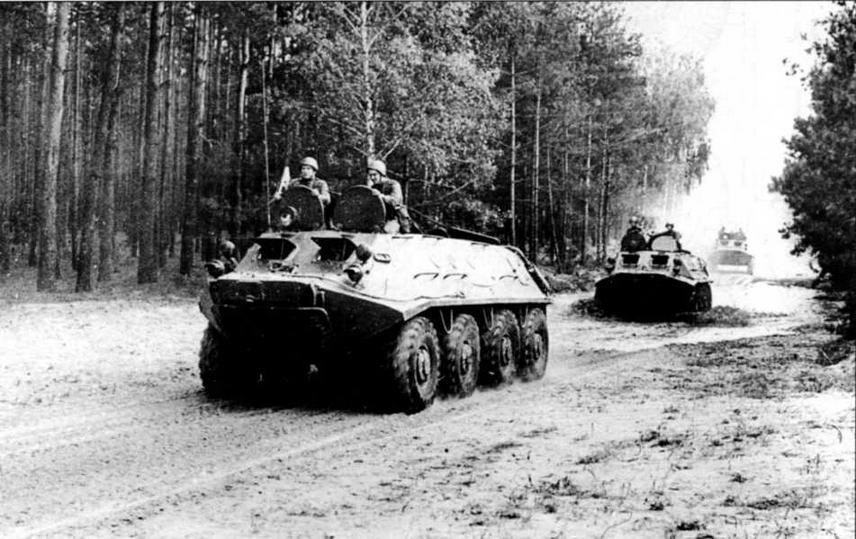 Колонна бронетранспортеров БТР-60ПА на марше