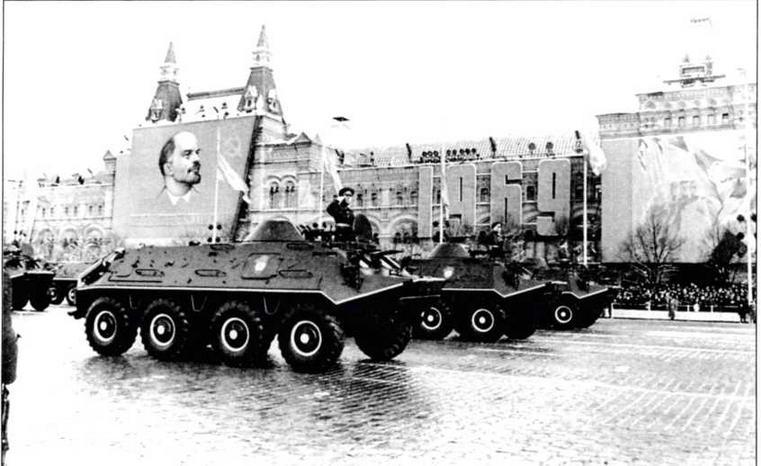 В парадном строю — бронетранспортеры БТР-60ПБ. Москва, 7 ноября 1969 года