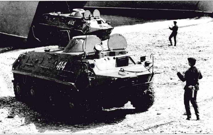Бронетранспортеры БТР-60ПБ морской пехоты ТОФ загружаются в десантные корабли. Июль 1983 года