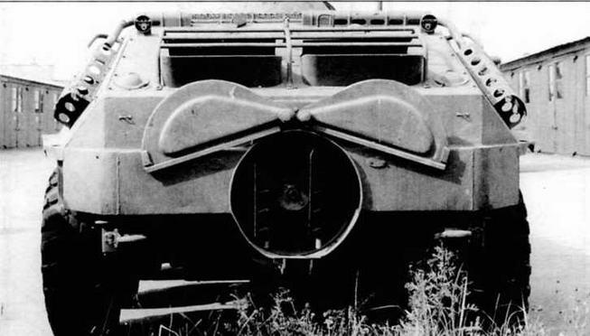 В центре: вид на корму бронетранспортера. Заслонки водомета открыты