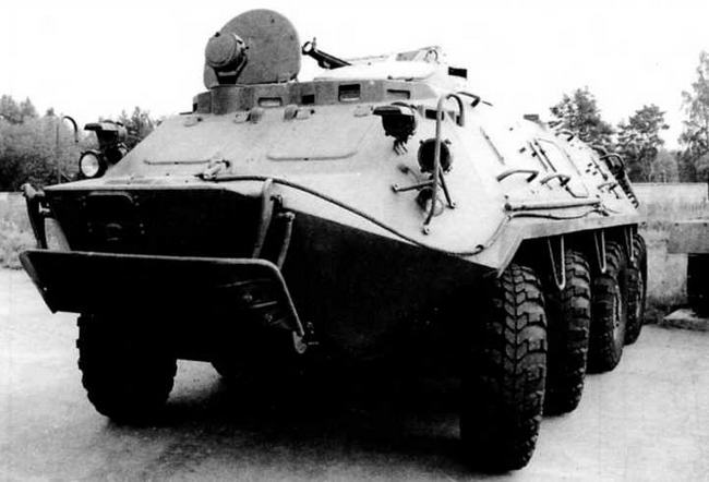 Опытный образец бронетранспортера БТР-60ПЗ. Кубинка, сентябрь 1998 года. В положении по-походному волноотражательный щиток прижимался к нижнему лобовому листу корпуса. Над щитком — лючок для выдачи троса лебедки