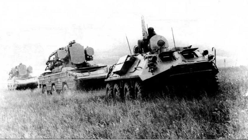 Во главе колонны самоходных ЗРК «Оса» — подвижной командный пункт частей ПВО сухопутных войск БТР-60ПУ-12
