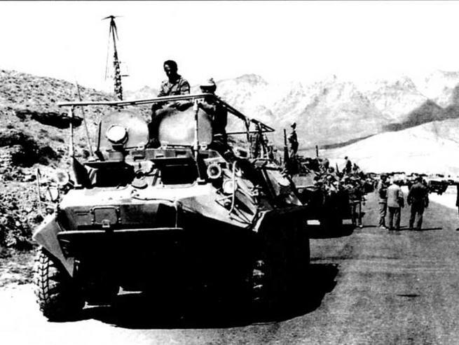 БТР-60Р-145ВМ во главе колонны боевой техники штурмовой бригады ВДВ на шоссе Джалалабад — Кабул. Май 1988 года