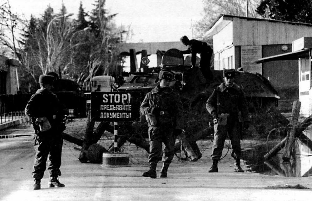 Бронетранспортеры БТР-60ПБ на пограничном посту у р.Псоу. Российско-грузинская граница, 1995 год