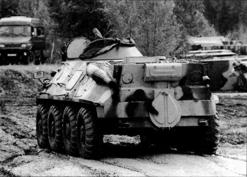 В центре и справа: модернизированный образец бронетранспортера БТР-60ПБ. На машине использованы двигатель и трансмиссия от БТР-80. Этот вариант модернизации предложен Арзамасским машиностроительным заводом. Полигон 21 НИИ МО РФ, Бронницы, 2003 год
