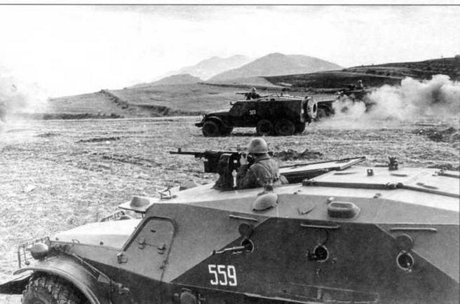 На учебном поле — бронетранспортеры БТР-152К. 1966 год