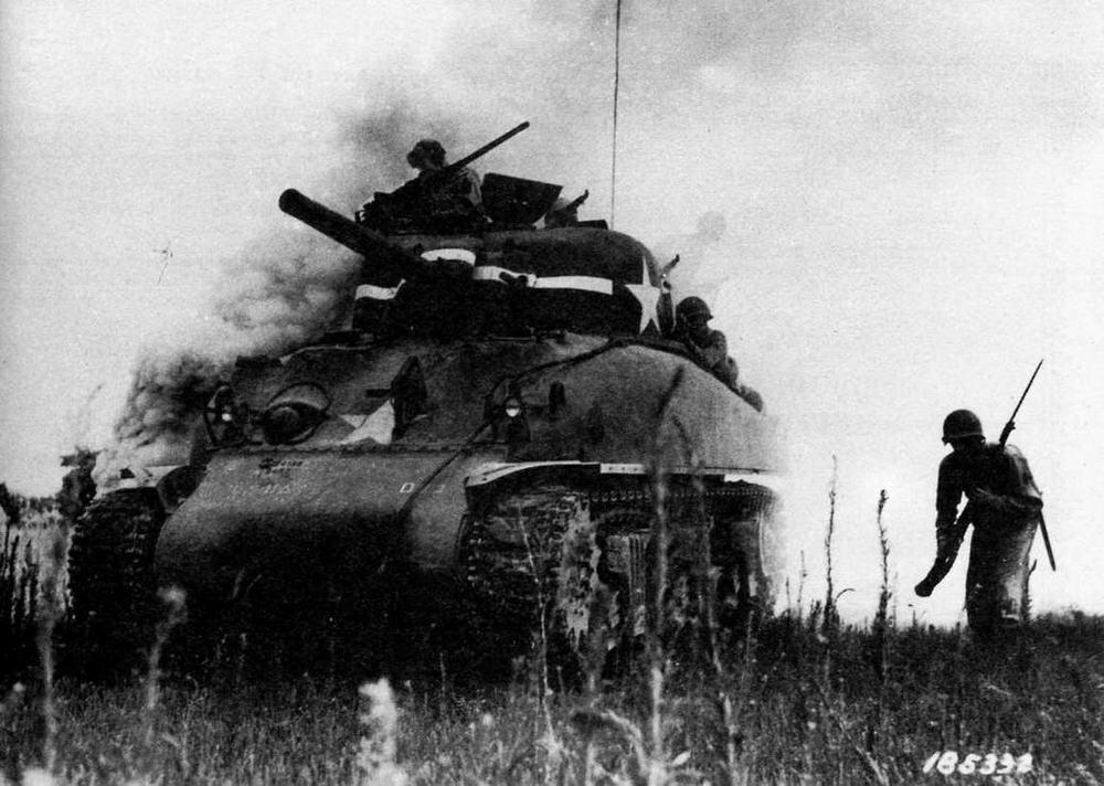 Средний танк М4А1 армии США на одном из американских полигонов во время учений по отработке взаимодействия с пехотой. 1942 год.